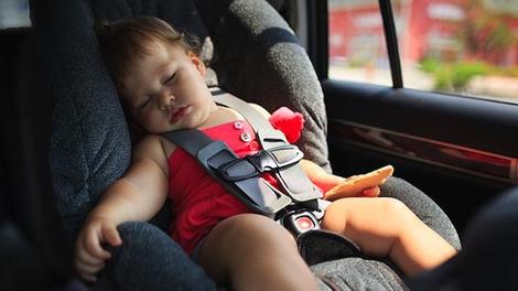 Canicule : ne laissez jamais un enfant seul dans une voiture