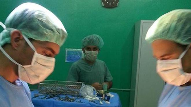 Photo de Muhammad Abyad (à gauche) au bloc opératoire, publiée sur un réseau social le 18 juillet 2013