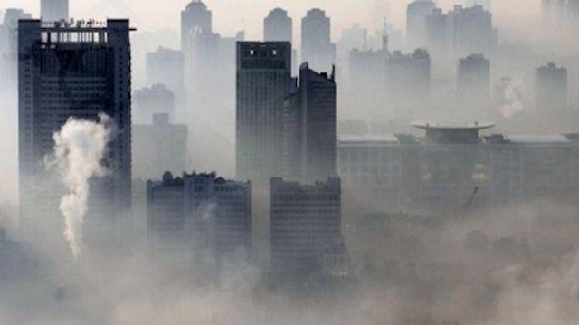 Pollution de l'air : une métropole chinoise recouverte d'un épais brouillard