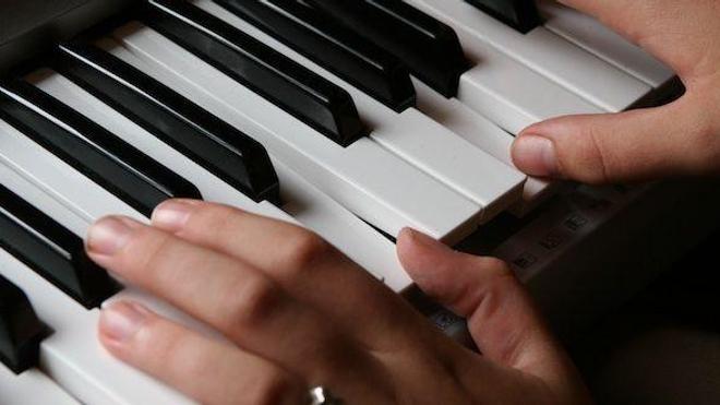 74 ans, pianiste et parkinsonien