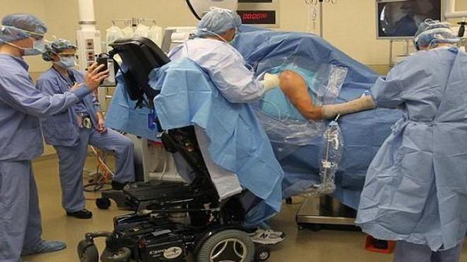 Un chirurgien paraplégique opère... debout !