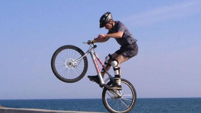 Tomber à califourchon sur un objet contondant peut entraîner de graves blessures au niveau du périnée ou de la verge. (crédit photo : cc-by-sa Toudilo)