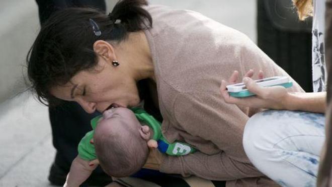 Le petit Sebastian, 5 mois, a pu être sauvé grâce à la réactivité de sa tante. (Crédits photos : Al Diaz/AP) - Arrêt cardiaque du nourrisson : les gestes qui sauvent.