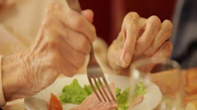 """Intoxications alimentaires dans un Ehpad : Korian revendique le """"cuisiné sur place"""""""