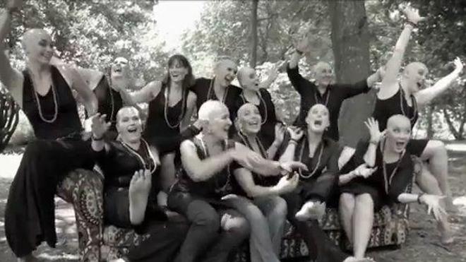 Elles se rasent la tête en soutien à leur amie malade du cancer