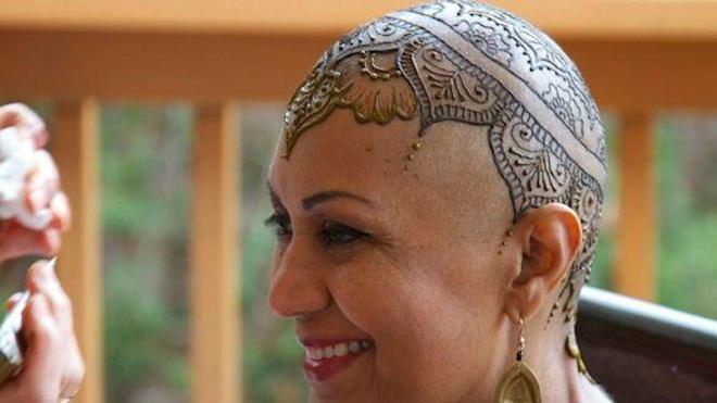 150 artistes mettent leur talent au service des femmes atteintes du cancer. Source : Henna Heals