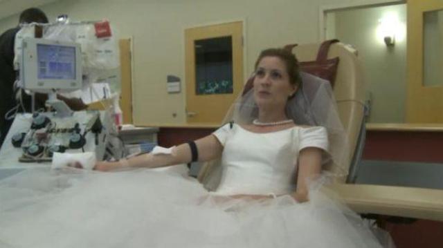 Des jeunes mariés demandent un don du sang à leurs invités