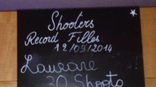 Capture d'écran d'une photographie postée sur le compte Facebook du bar clermontois. D'autres clichés présentant une ardoise de records ont été supprimés du compte depuis l'incident.