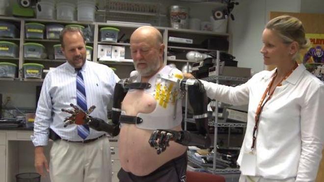 Contrôler simultanément deux prothèses de bras ''à volonté''