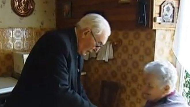 François Le Men en compagnie d'une patiente (crédits : France Télévisions)