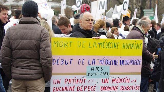Des milliers de médecins battent le pavé contre le projet de loi santé