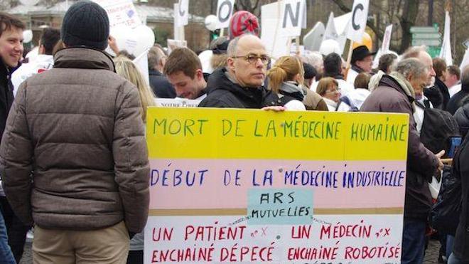 Des milliers de médecins battent le pavé contre le projet de loi santé (crédit : Florian Gouthière)