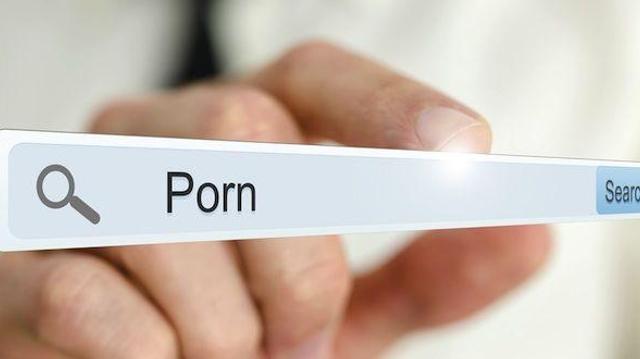 Mon ou ma partenaire regarde du porno. Comment réagir ?