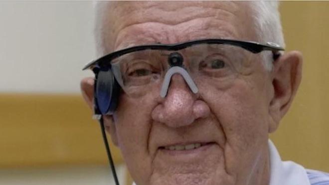 A 80 ans, Ray Flynn a reçu la première prothèse artificielle pour le traitement de la DMLA. Copyright : Second Sight Medical Products Inc.
