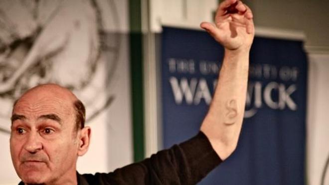 """L'artiste australien Stelarc et sa troisième """"oreille"""" lors d'une conférence"""