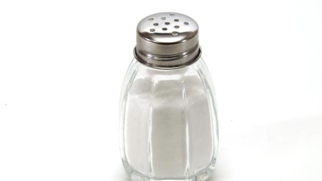 La plupart des gens consomment trop de sel : 9 à 12 grammes par jour, soit deux fois plus que l'apport maximum recommandé.
