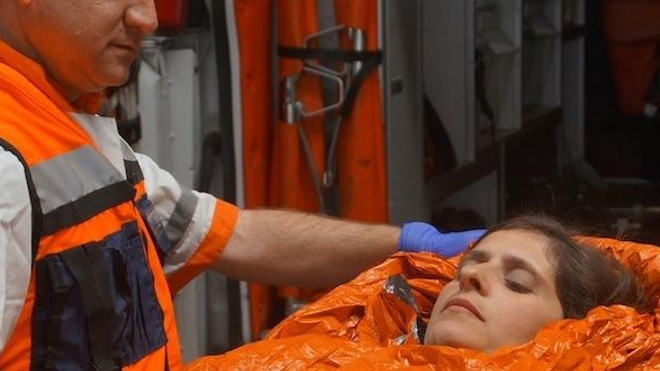Prise en charge par les secours d'une personne souffrant d'hypothermie avec une couverture chauffante. (Credit image MEC)