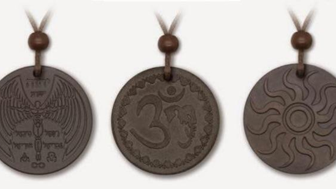 Quelques-uns des pendentifs testés par l'association (source : Criirad)