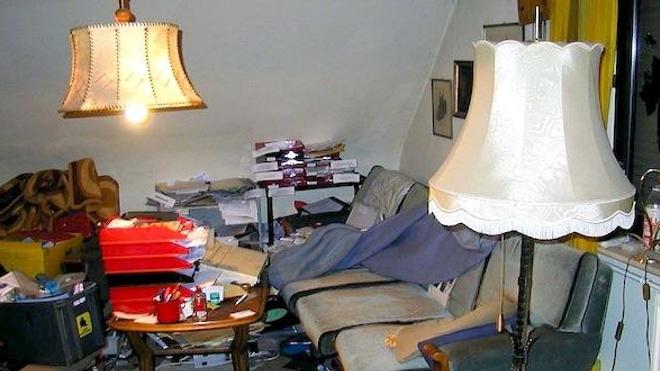 Salon d'une personne souffrant de syllogomanie, à Bochum, Allemagne. (cc-by-sa Maschinenjunge)