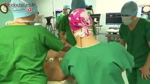 Equipé de lunettes 3D, il guide le neurochirurgien pendant son opération : une première mondiale