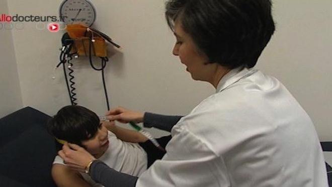 Examen d'un enfant atteint de microcéphalie. (image d'archive)