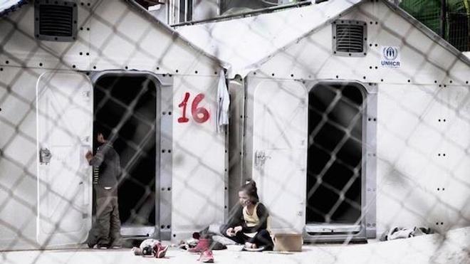 """Camp à Samos en Grèce. Selon MSF, """"depuis l'accord entre l'Europe et la Turquie conclu le 18 Mars 2016, la Grèce a transformé les camps de réfugiés en camps de détention."""" (crédits : C. Binet / MYOP)"""