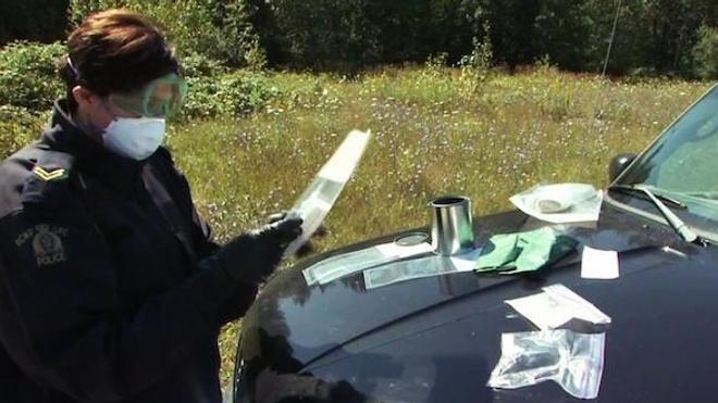 Gendarme de la GRC procédant à une saisie de fentanyl. (crédits : GRC)