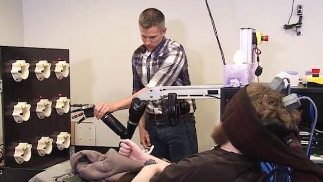 Nathan Copeland et Robert Gaunt dans une capture d'écran extrait de la video de ©University of Pittsburgh Medical Center