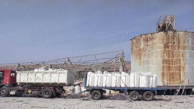 image d'archive de la ville de Toulouse, photographie usine AZF route d'Espagne, 21 septembre 2001,premiers dégats colatéraux occasionés par le souffle de l'explosion et constatés.