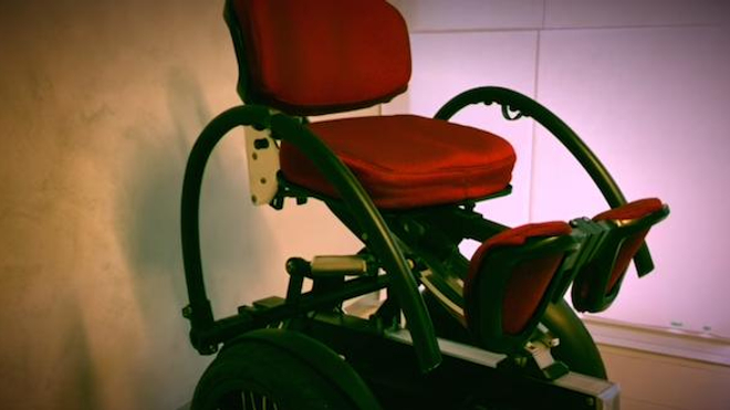 Le déplacement de ce fauteuil est inspiré du Segway, avec lequel on avance en se penchant en avant.