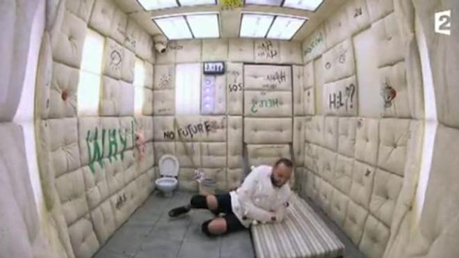 """Capture d'écran d'une séquence de l'émission Fort Boyard du 24 juin 2017. La séquence """"L'Asile"""" a été rebaptisée """"La cellule capitonnée"""" la semaine suivante."""