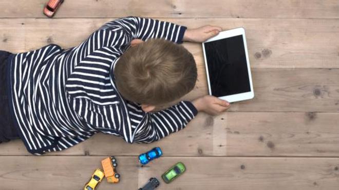 Un enfant sur deux regarde la télévision avant 18 mois selon l'Inserm