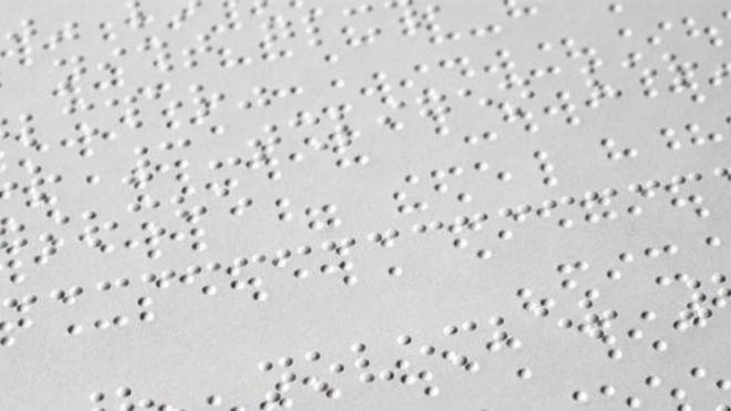 Texte en braille sur du papier embossé recto-verso. (cc-by-sa Ralph Aichinger)