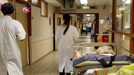 Après un examen de la prostate, un patient est amputé des deux jambes