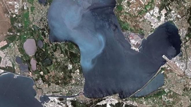 Photo satellite de l'étang de Berre (cc-by-sa 3.0 - CNES - Spot Image).