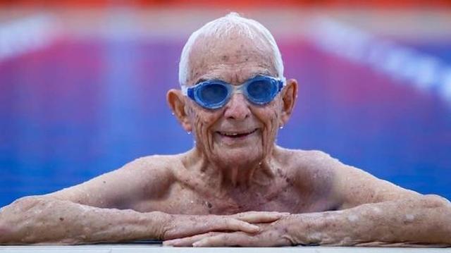 A presque 100 ans, il bat le record du 50 mètres nage libre