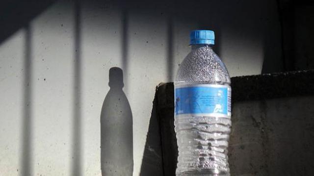 Des traces de plastique retrouvées dans de l'eau en bouteille