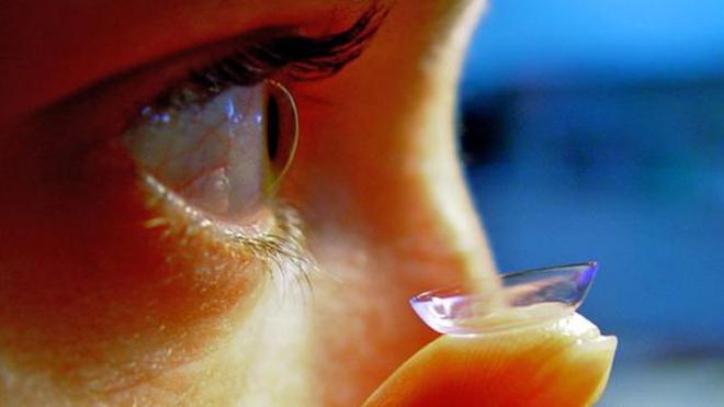 """Contrairement une idée reçue, une lentille ne peut pas aller se nicher """"derrière l'œil"""""""