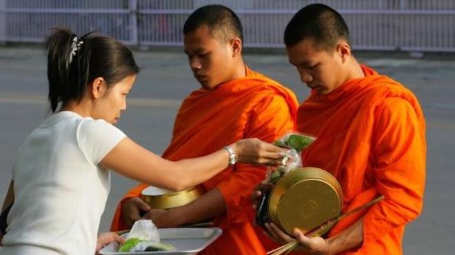 Bonzes thaïlandais recevant l'offrande de nourriture (cc-by-sa Sry85)