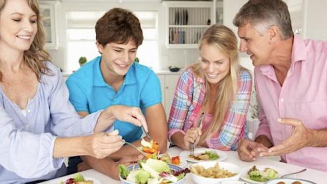Les jeunes qui dînent en famille ont de meilleures habitudes alimentaires
