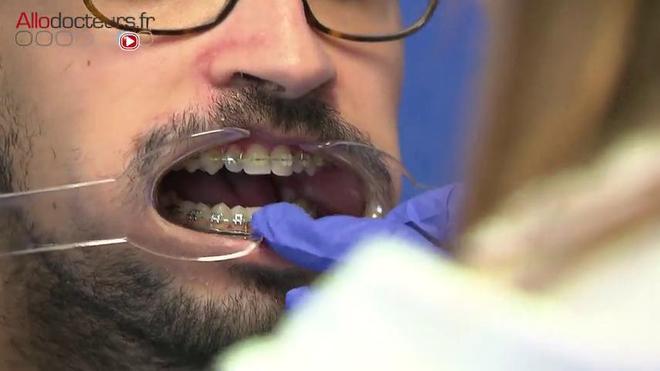 Au bloc opératoire, la photographe veille à ne pas toucher le matériel stérile.