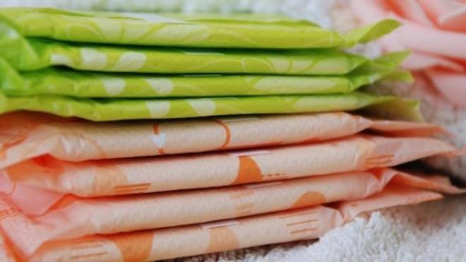 Les tampons et serviettes hygiéniques contiennent toujours des résidus chimiques