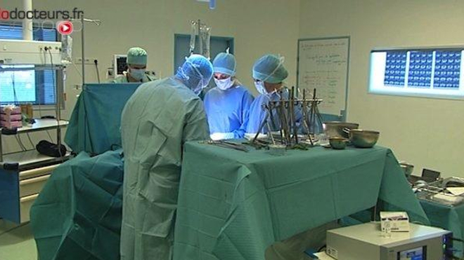 Un patient opéré des cervicales a déclaré une sévère infection suite à l'oubli d'une compresse dans sa gorge.