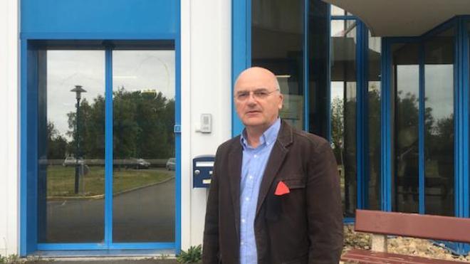 Marcellin Meunier devant l'entrée de l'Ehpad dont il a la charge depuis 2004.