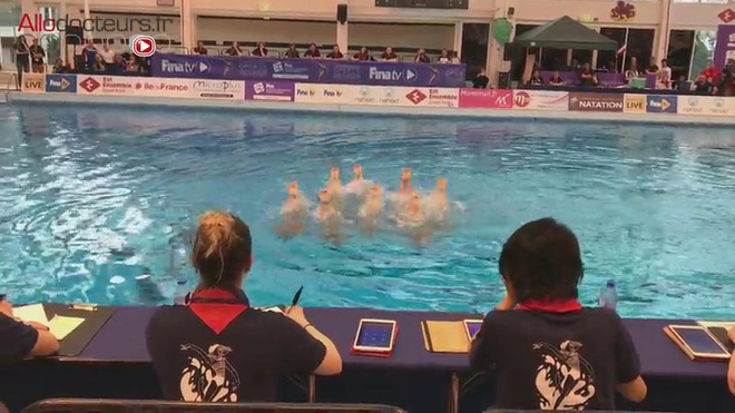 Toutes les nageuses de l'équipe doivent être parfaitement coordonnées pour réussir le porté.