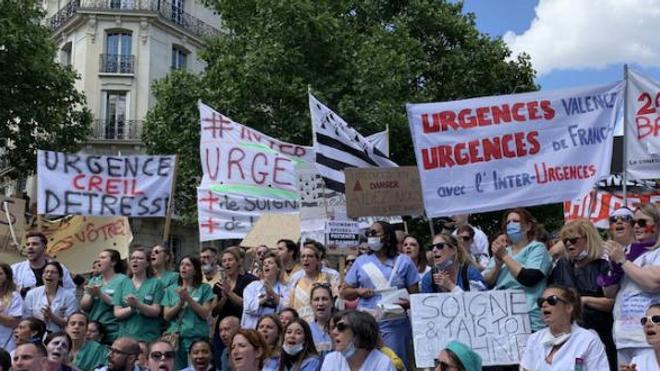 Des soignants de services d'urgences de plusieurs villes de France manifestent le 6 juin 2019 à Paris.