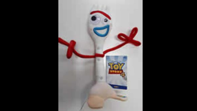 """La peluche """"Forky"""" est un jouet dérivé du film d'animation Toy Story 4."""
