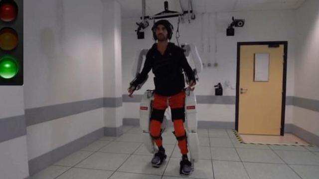 Un tétraplégique remarche grâce à un exosquelette connecté au cerveau