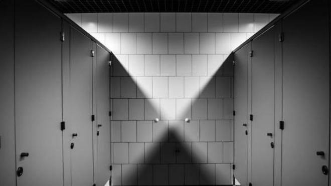 Une entreprise britannique a créé des toilettes penchées de 13 degrés vers l'avant