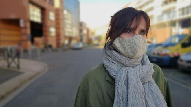 De plus en plus de villes françaises obligent les riverains à porter un masque dans les espaces publics ouverts.